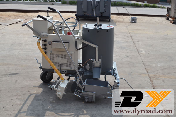 Structure and characteristics of self-propelled line marking machine